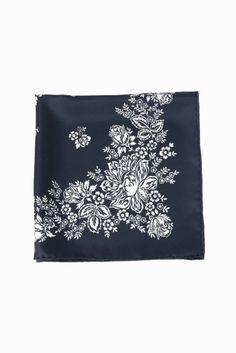mani puri フラワーガラバンダナスカーフ 5353  mani puri フラワーガラバンダナスカーフ 5353 8424 2016AW La TOTALITE manipuri デザイナーは40年代70年代にかけてヨーロッパで実際に使用されていたヴィンテージスカーフに魅了され多くのスカーフをコレクションしています 柄は勿論ですが素材やサイズにもとてもこだわりを持っています 日本をはじめ海外ではフランスやイギリスなどヨーロッパを中心に人気を集めています