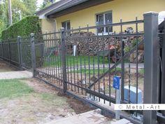 Gerade Zaunanlage inkl. Schiebetor mit elektrischem Antrieb und breiter Gartenpforte