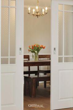Sehr schöne doppelte Schiebetür. Das Glas wurde nach historischen Vorbildern ausgewählt.