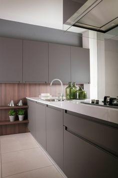cocinas rojas, jarrones verdes, balsa blanca, cocina pequeña, tonos fríos, diseño moderno