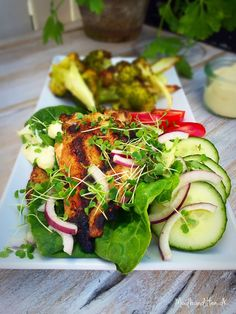 Åben kyllingeburger med grøntsagsbrød, aioli og broccolifritter. Genial grillmad! --> Madbanditten.dk