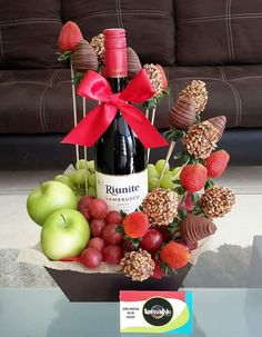 Chocolate Bouquet, Chocolate Art, Edible Bouquets, Wine Gift Baskets, Fruit Decorations, Edible Arrangements, Candy Bouquet, Diy Gifts For Boyfriend, Fruit Displays