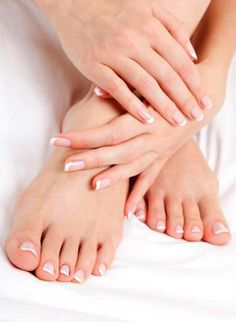Skinny Mom put together a list of 16 spring nail trends and pictures they're so cute I can't wait to get a pedicure and manicure now! Pedicure At Home, Manicure Y Pedicure, Mani Pedi, Pedicures, Pedicure Soak, French Pedicure, Listerine, Soft Feet, Soft Hands