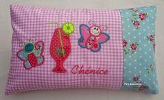 Pipa Greenström      Hobby handwerk uut de Noordkop: Naamkussentje  Model: Chenice- vlinder Coin Purse, Cushions, Throw Pillows, Purses, Model, Pipes, Hobby Craft, Handbags, Toss Pillows