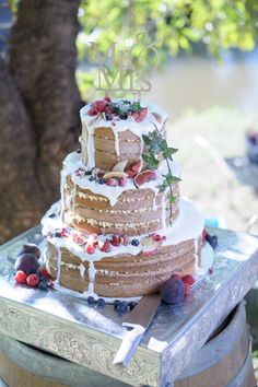 Rustic naked cake with icing drips   SouthBound Bride   http://www.southboundbride.com/rustic-riverside-lowveld-wedding-by-kim-tracey   Credit: Kim Tracey