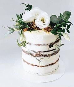 Beautiful rustic naked cake It's Friday friends time to indulge! Beautiful rustic naked cake love detailed It's Friday friends time to indulge! 16 Cake, Cupcake Cakes, Mini Cakes, Pretty Cakes, Beautiful Cakes, Wedding Cake Designs, Wedding Cakes, Nake Cake, Bolo Cake