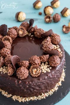 This Ferrero Rocher Cake is your favourite chocolate hazelnut treat in cake f. Triple Chocolate Mousse Cake, Chocolate Cake, Chocolate Christmas Cake, Vegan Chocolate, Torta Ferrero Rocher, Fererro Rocher Cake, Ferrero Rocher Cheesecake, Rocher Torte, Nutella Frosting