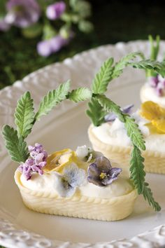BEAUTIFUL - White Chocolate baskets filled with whipped cream, lemon zest, and sugared edible flowers Simply Yummy, Edible Flowers, Snacks, High Tea, Afternoon Tea, Cupcake Cakes, Tea Cakes, Mini Cakes, Tea Time