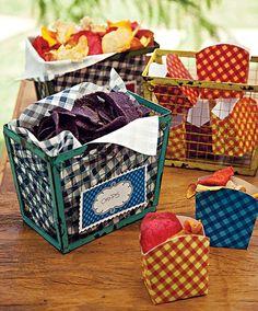 Caixas de metal coloridas acomodam os chips. Repare no tema: apesar de colorido, tudo é quadriculado | potato chips