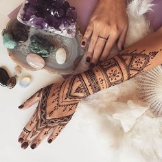 Long African style #henna glove for this morning #veronicalilu