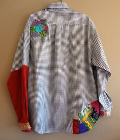 Med to Plus Size Funky Shirt / Upcycled Boyfriend by upCdooZThe shirt never looked this good on your boyfriend or husband. Nice blue black and white checkered effect with raw edge appliques of (Diy Clothes Embroidery)von upCdooZ Source by renatefinni Funky Shirts, Cut Shirts, Tie Dye Shirts, T Shirt Yarn, Black And White Shirt, Black White, Dress Black, Shirt Makeover, Recycled Sweaters