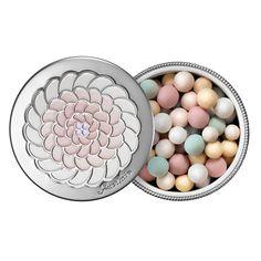 En 1987 fut créée pour la 1ère fois une poudre sous forme de perles multicolores : les Météorites. Poudre mythique, elle offre à chaque femme l'éclat rêvé. Du rose pour rafraîchir le teint, du vert pour en atténuer les rougeurs, du blanc pour l'éclaircir, du mauve pour accrocher la lumière, de l'or et de la nacre pour parer le visage d'une juste dose d'éclat… L'alchimie des perles infuse la peau d'une nouvelle lumière, d'une transparence et d'une pureté originelle.  En quelques coups de...