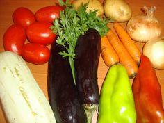 Ghiveci taranesc de legume - CAIETUL CU RETETE Romanian Food, Lunch, Stuffed Peppers, Vegetables, Cooking, Food, Romanian Recipes, Salads, Kitchen