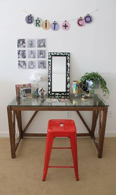 10 Ways to Repurpose CDs & CD Cases. Everything you see on the table & wall were made using ol d CDs & CD Cases. Crafts With Cds, Old Cd Crafts, Stained Glass Birds, Stained Glass Panels, Mirror Mosaic, Mosaic Art, Reuse Containers, Old Cds, Cute Bedroom Decor