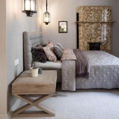Makuuhuoneen hienostunut tyyli. Huomaa myös upeat lyhtyvalaisimet sängyn molemmin puolin, unohtamatta tietenkään vanhaa takkaa tilan perällä.