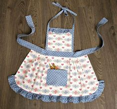 "Apron for the girl ""Mother's Assistant"" – fart …. Dress Up Aprons, Cute Aprons, Toddler Apron, Kids Apron, Sewing Hacks, Sewing Projects, Childrens Aprons, Sewing Aprons, Aprons Vintage"