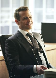 Suits // Harvey Specter this guy knows how to wear a suit Trajes Harvey Specter, Harvey Specter Suits, Suits Harvey, Suits Tv Series, Suits Tv Shows, Gabriel Macht, Suits Usa, Mens Suits, Charcoal Suit