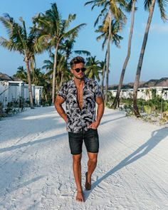 best beach outfit for guys Summer Outfits Men, Sexy Outfits, Cool Outfits, Fashion Outfits, Short Image, White Shirt And Jeans, Tomboy Fashion, Tomboy Style, Men Beach