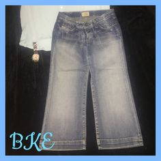 "BKE flared cropped capris BKE cropped, flared capris. In excellent condition with adorable back pockets. From inseam 21"" long. Size 27. BKE Jeans Ankle & Cropped"