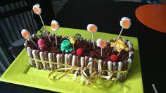 Le gâteau est au chocolat, une recette que me faisait ma mère pour nos anniversaires à mon frère et à moi et que je fais maintenant pour ma fille. Les années ont passé... et il était grand temps de revisiter cette recette avec quelques bonbons pou... Pretty Cakes, Ajouter, Four, Marie, Desserts, Biscuit, Sweet Recipes, Kitchens, Tailgate Desserts