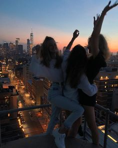 i love u // not my pics // use to get republished ☻ Cute Friend Pictures, Best Friend Pictures, Cute Photos, Friend Pics, Fun Group Photos, Photographie Portrait Inspiration, Summer Goals, Cute Friends, Three Best Friends