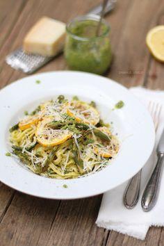 Pasta mit Rucola-Walnuss-Pesto, gebackenem grünem Spargel, Zitrone und gegrillter Zucchini + Zeitmanagement