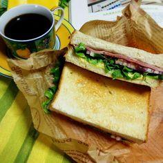 朝は食べたから麺と悩み‼ やっぱりサンドにしました。(^^)  ももハム2枚、チーズ、レタス、Red オニオン スライス、辛子マスタードマヨ、ブラックペッパー。  うさかめちゃんから貰った博多の森  ブレンド coffee  トモノウコーヒーさんのコーヒーを ドリップ  まろやかな風味で おいしぃ ひとりランチ  癒されたぁ~❤ うさかめちゃん  ごちそうサマでした。(^_-) - 187件のもぐもぐ - お昼ごパンはサンドでGo~❤ by Yumi103