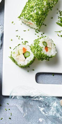 Das Hähnchenfrikassee-Sushi macht Schluss mit 0815-Fingerfood Rezepten! Frischkäse, Karotten und Gurke machen dieses Sushi besonders frisch und lecker. Mit unserem Rezept gelingt dir der Snack auf jeden Fall. Deine Gäste werden staunen.