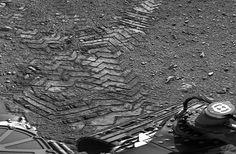 Curiosity Lays Its First Tracks on Mars [PICS]