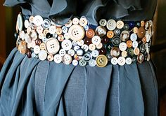 DIY Button Belt - So cute. But in reality, I stopped saving those extra buttons years ago (darn!) and I don't think I'd ever take the time to actually sit and sew all those buttons on. But it's cute! Button Art, Button Crafts, Crafts To Do, Diy Crafts, Diy Sac, Diy Vetement, Do It Yourself Fashion, Diy Buttons, Vintage Buttons