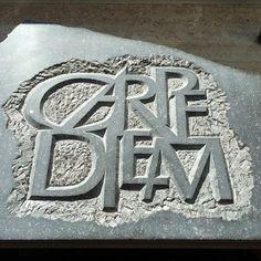 Eigen werk letters in steen