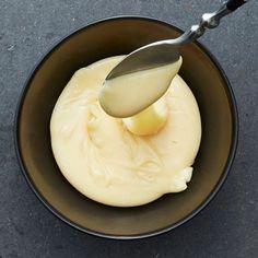 Hemligheten bakom en riktigt god och stabil ostsås som inte blir grynig, klumpig eller flottig stavas citronsyra och bikarbonat. Dessa ingredienser får proteinerna och fetterna i osten att bli bästa kompisar. Ostsåsen passar perfekt till nachos eller ostfonduen.