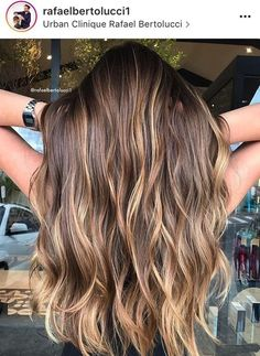 Balayage highlights – how often do you mix the two? If you are new to the world of hair beauty, these two notions may sound pretty confusing to you. That is why we decided to help you out a little and choose what suits you best. Brown Hair Balayage, Balayage Brunette, Hair Color Balayage, Brunette Hair, Balayage Highlights, Caramel Hair, Haircolor, Balayage Hair Brunette Caramel, Color Highlights