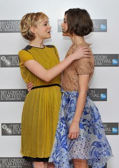 Keira Knightley & Carey Mulligan: Never Let Us Go!: Photo Keira Knightley and Carey Mulligan (in Proenza Schouler) stand tall together at the Never Let Me Go photocall during the 2010 BFI London Film Festival at the Vue… Medium Hair Styles, Curly Hair Styles, Hair Medium, London Film Festival, Corte Y Color, Short Wavy Hair, Short Curls, Curly Bob, Grunge Hair