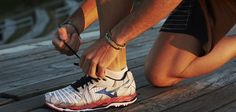 Így válasszunk megfelelő futócipőt. Ha rendszeres futással szeretnénk testünket karbantartani, nagyon fontos, hogy ehhez megfelelő futócipőt válasszunk. Ha a futócipőnk nem jó minőségű, nem idomul tökéletesen a lábunkhoz, könnyen lehet, hogy az egyébként egészséges kocogás egy idő után fizikai fájdalommal fog járni. KATTINTS IDE! Asics, Sneakers, Fashion, Tennis, Moda, Slippers, Fashion Styles, Sneaker, Fashion Illustrations