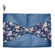 Blauw leren laptop sleeve met blauwe bloemetjes strik.