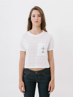 Arrecu White T-Shirt // Crop top short-sleeved T-shirt with short loose style, with a pretty anchor print on the outside chest pocket and gathered at the sleeves. This T-shirt is made with a very light cotton fabric which, in addition to being easy to combine with high-waisted garments, is very comfortable. The fabric used for this summer top stands out due to its texture, with a very feminine mesh. Comfort fit.