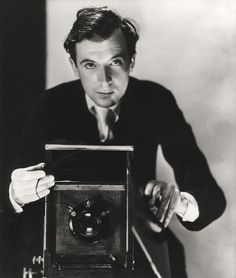 Cecil Beaton Self portrait. Sir Cecil Walter Hardy Beaton, CBE was an English fashion and portrait photographer, diarist, painter, interior designer and an Academy Award-winning stage and costume designer for films and the theater. Robert Doisneau, Robert Mapplethorpe, Vanity Fair, Gordon Parks, Diane Arbus, Vintage Photography, White Photography, Fashion Photography, Photography Magazine