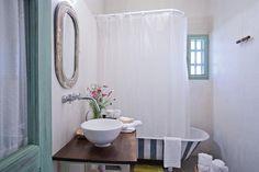 Reformas: una casa con deco norteña  Cada uno de los baños en suite tiene el color de la habitación a la que corresponde y piso en cemento alisado..