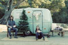 Cosy Christmas Engagement Shoot In A Retro Camper Van (photo cred: Valorie Darling Photography) Vintage Campers Trailers, Retro Campers, Cool Campers, Happy Campers, Airstream, Shasta Camper, Camper Van, Scamp Camper, Tiny Camper