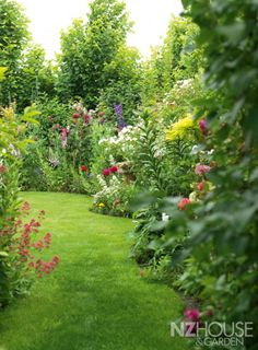 There are also some things to consider with the garden paths. If you want to create a typical Cottage garden, you should make sure that the paths do not become too straight. Instead, they create curved and curvy paths. Back Gardens, Outdoor Gardens, Amazing Gardens, Beautiful Gardens, Garden News, The Secret Garden, Garden Cottage, Tropical Garden, Dream Garden
