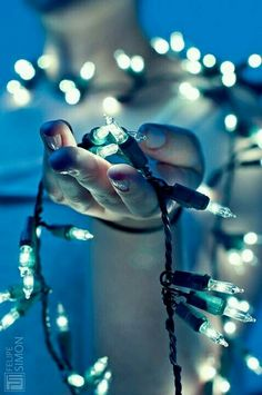 20 Ideas for taking unique photos with Christmas lights Creative Ideas - Photography, Landscape photography, Photography tips Fairy Light Photography, Bokeh Photography, Christmas Photography, Winter Photography, Night Photography, Creative Photography, Portrait Photography, Photography Ideas, Creative Portrait Photography