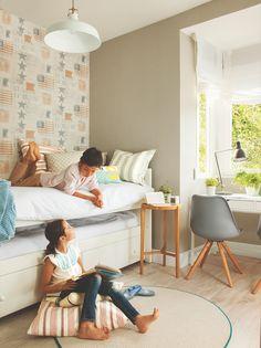 Domritorio juvenil con papel pintado, cama nido y zona de estudio bajo la ventana
