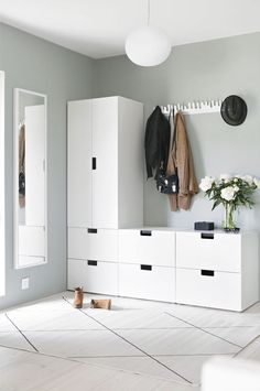 Light-filled entryway with Ikea 'Stuva' storage system Entryway for drop-off ähnliche tolle Projekte Ikea Nordli, Bedroom Design, Ikea Kids, Ikea Bedroom, Ikea Stuva, Hallway Storage, Interior Design Bedroom, Ikea Apartments, Apartment Decor
