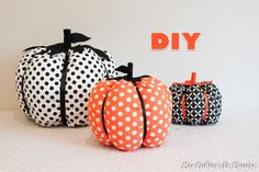 Je vous invite aujourd'hui à faire rentrer l'automne dans votre maison grâce à un tutoriel tout simple et rapide à faire.  A l'automne, j'ai toujours envie de changer de déc… Diy Halloween, Halloween 2017, Diy Projects To Try, Sewing Projects, Diy Doctor, Piggy Bank, Diy And Crafts, Easy Diy, Simple