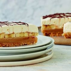 Pie Recipes 795870565382824521 - Mary Berry's ultimate recipe for Banoffee Pie, as seen on her BBC 1 series, Classic, will help you master this famous dessert combining flavours of banana, toffee and chocolate. Source by emilievansantberghe British Baking Show Recipes, British Bake Off Recipes, Great British Bake Off, Famous Desserts, Easy Desserts, Delicious Desserts, Mary Berry Desserts, Mary Berry Baking, Vegan Banoffee Pie