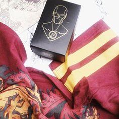Olá internet!!!! Tem camiseta de Grifinória (mesmo eu sendo de Sonserina), tem mapa do maroto e tem Flash. Só pra dizer que tem unboxing da #omeletebox de Outubro lá no blog! 😆😂😉😅 www.stragonapolina.com