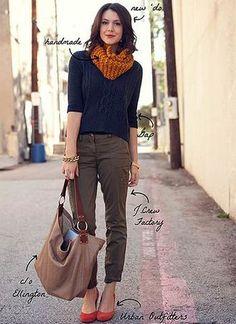 上品なネイビーのセーターをカーゴパンツを合わせることで、  カジュアルな仕上がりに。  スカーフと、靴の差し色も素敵!