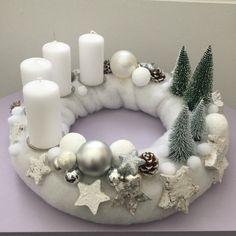 Adventní svícen * v bílé a stříbrné dekoraci. Christmas Advent Wreath, Christmas Vases, Christmas Candle Holders, Rustic Christmas, Felt Decorations, Christmas Decorations, Diy Room Decor Videos, Couronne Diy, Christmas Floral Arrangements
