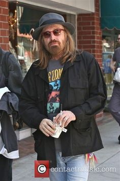 Tom Petty is spotted out and about in Beverly Hills whilst getting a drink. - Los Angeles, California, United States - Tuesday 28th June 2016